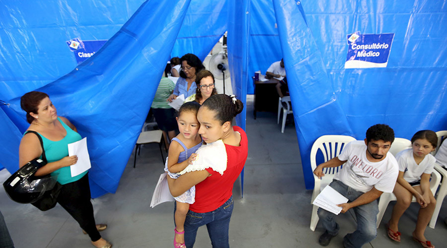 Patients with suspected dengue symptoms wait to see doctors in a medical tent © Paulo Whitaker