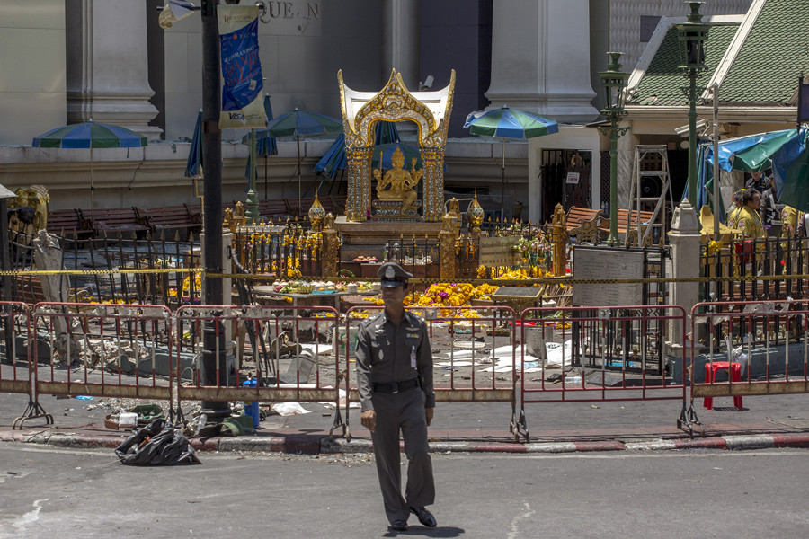 A police officer stands in front of the Erawan shrine, the site of a deadly blast, in central Bangkok, Thailand, August 18, 2015. © Athit Perawongmetha