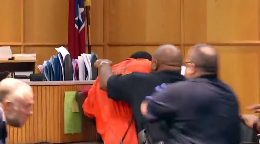 Murder suspect attacked in court by his own stab victim (VIDEO)