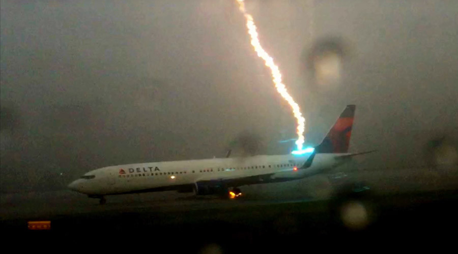 Powerful lightning strikes Delta plane in Atlanta (VIDEO)
