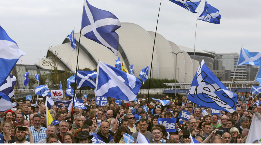 'Yes' campaign people gather for a rally outside the BBC in Glasgow, Scotland September 14, 2014. © Paul Hackett