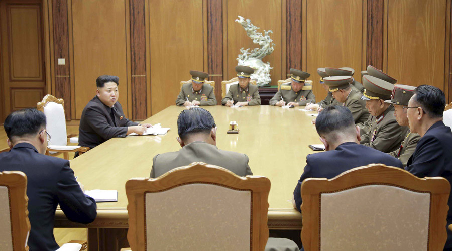 North Korean leader Kim Jong Un (2nd L) speaks at an emergency meeting of the Workers' Party of Korea (WPK) Central Military Commission, in this undated photo released by North Korea's Korean Central News Agency (KCNA) in Pyongyang on August 21, 2015. ©KCNA