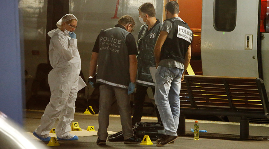 French investigating police check for clues on the train platform in Arras, France, August 21, 2015 © Pascal Rossignol
