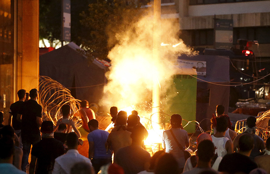 Protesters start a fire during a protest against corruption and against the government's failure to resolve a crisis over rubbish disposal, near the government palace in Beirut, Lebanon August 23, 2015 © Mohamed Azakir