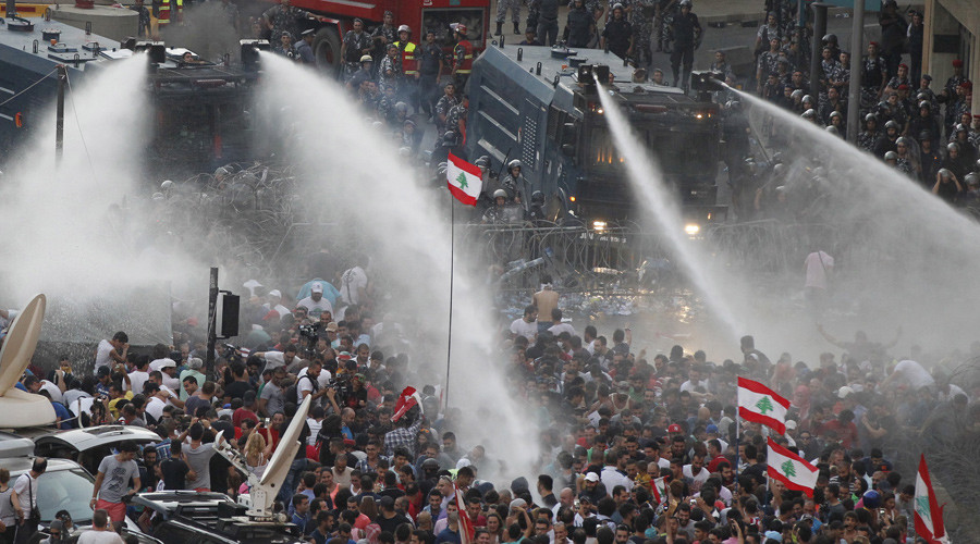 © Lebanese protesters are sprayed with water during a protest against corruption and against the government's failure to resolve a crisis over rubbish disposal, near the government palace in Beirut, Lebanon August 23, 2015. © Mohamed Azakir