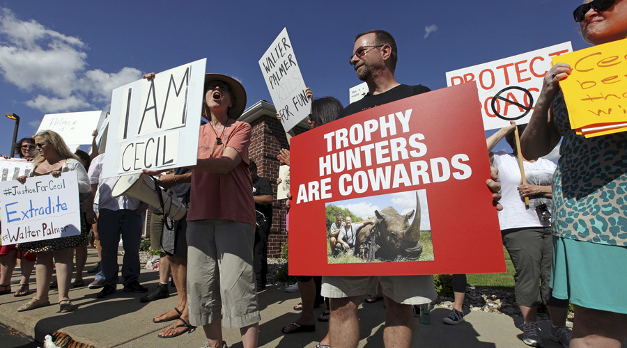 Protesters rally outside the River Bluff Dental clinic against the killing a famous lion in Zimbabwe, in Bloomington, Minnesota July 29, 2015.  © Eric Miller