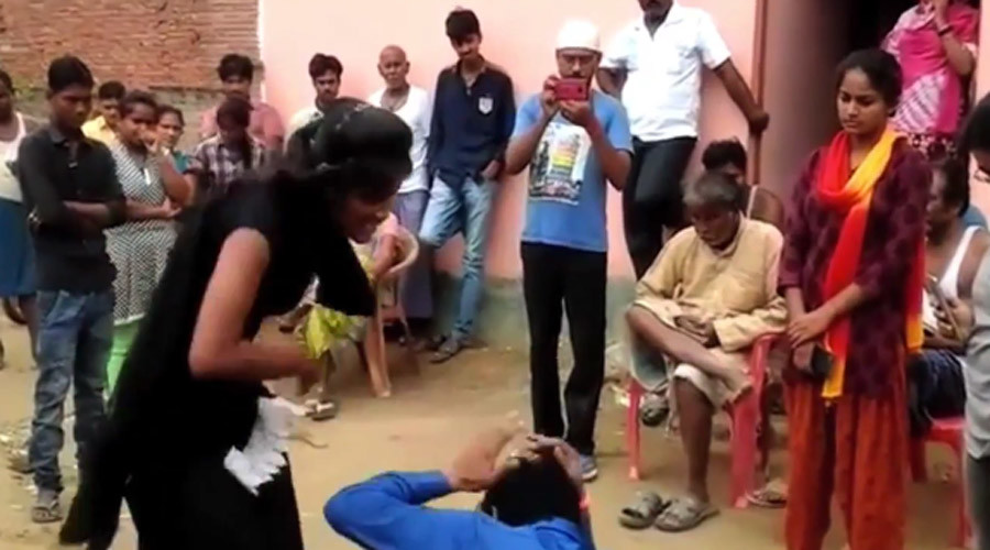 Indian girl fights back against her harasser, bringing him to his knees (VIDEO)