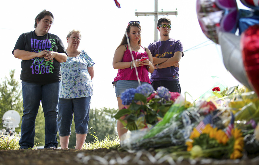 People gather to pay respects at a memorial outside of the offices for WDBJ7 in Roanoke, Virginia, August 26, 2015. © Chris Keane