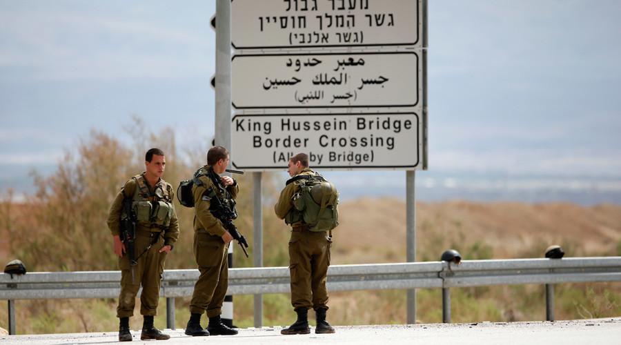 Israeli soldiers stand guard near the entrance to Allenby Bridge © Ronen Zvulun