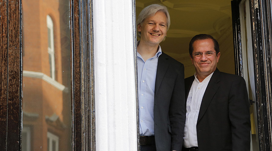 WikiLeaks founder Julian Assange stands with Ecuador's Foreign Affairs Minister Ricardo Patino (R) at Ecuador's embassy in central London June 16, 2013. © Chris Helgren