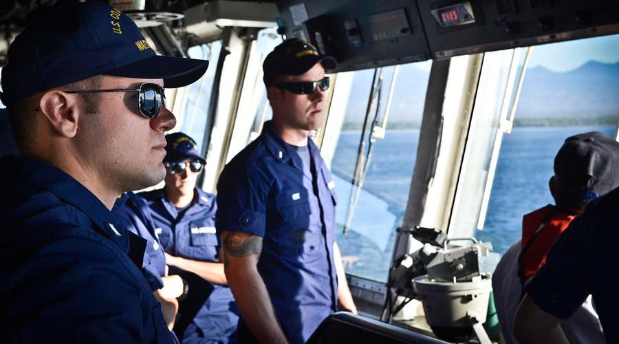 Crewmen aboard the U.S. Coast Guard Cutter Waesche keep watch from the bridge © U.S. Coast Guard / Chief Petty Officer Luke Pinneo / Handout via Reuters