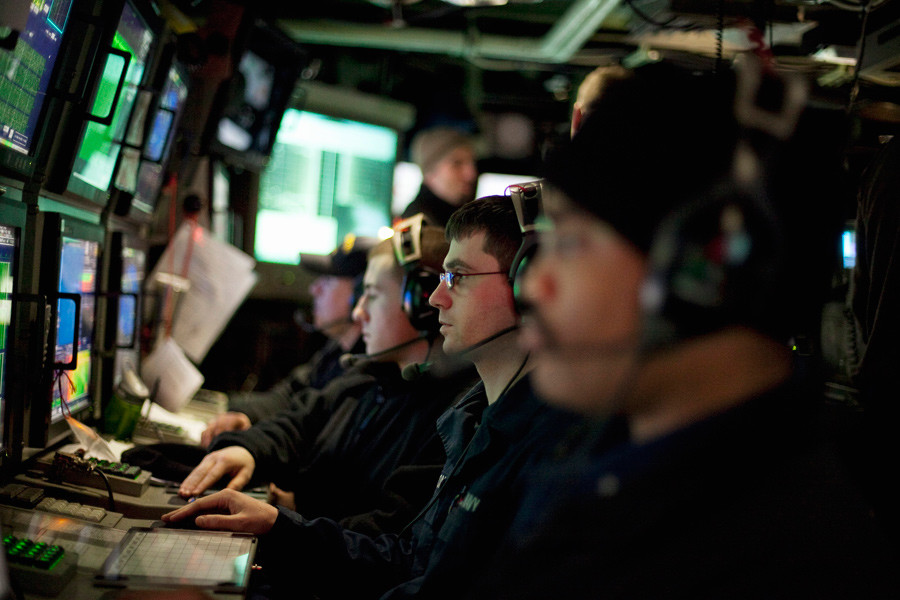 U.S. Navy sailors watch their sonar screens as they work in the control room of the Virginia class submarine USS New Hampshire during exercises underneath the ice in the Arctic Ocean north of Prudhoe Bay, Alaska © Lucas Jackson