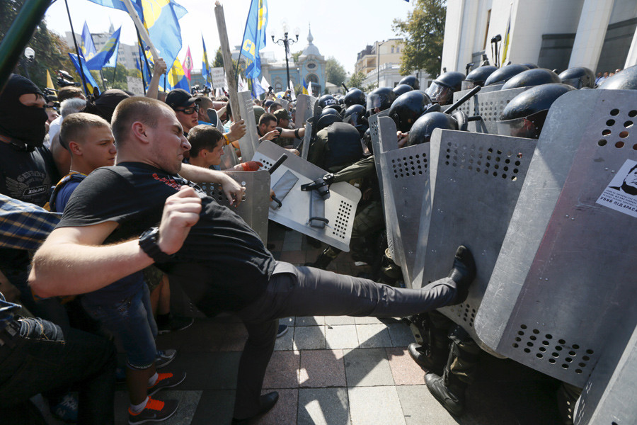 Demonstrators, who are against a constitutional amendment on decentralization, clash with police outside the parliament building in Kiev, Ukraine, August 31, 2015. © Valentyn Ogirenko