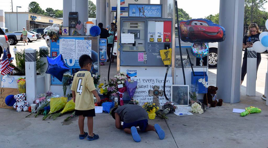 Children leave messages at the scene of a police officer's shooting at a gas station in Houston, Texas August 30, 2015 © Harris County Sheriff's Office/