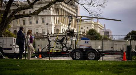 People walk past a gyro copter that was flown onto the grounds of the U.S. Capitol before it was towed from the west front lawn in Washington April 15, 2015. © James Lawler Duggan
