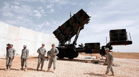 U.S. soldiers stand beside a U.S. Patriot missile system at a Turkish military base in Gaziantep, southeastern Turkey © Osman Orsal