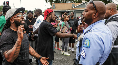 Area residents talk to police after a shooting incident in St. Louis, Missouri August 19, 2015. © Lawrence Bryant