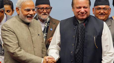 India's Prime Minister Narendra Modi (L) shakes hands with his Pakistani counterpart Nawaz Sharif © Niranjan Shrestha / Pool