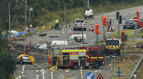 Emergency services and crash investigation officers work at the site where a Hawker Hunter fighter jet crashed onto the A27 road at Shoreham near Brighton, Britain August 23, 2015. © Luke MacGregor