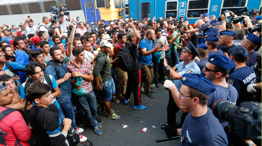 Hungary bans refugees from main railway station as hundreds attempt to ride Vienna train