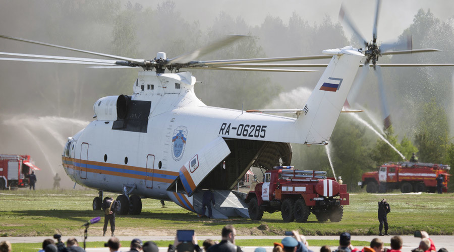 The fire engine being loaded into the Mi-26T helicopter while exhibition exercises were underway at the Complex Security 2015 Show.© Press-service of Russian Emergency Situations Ministry
