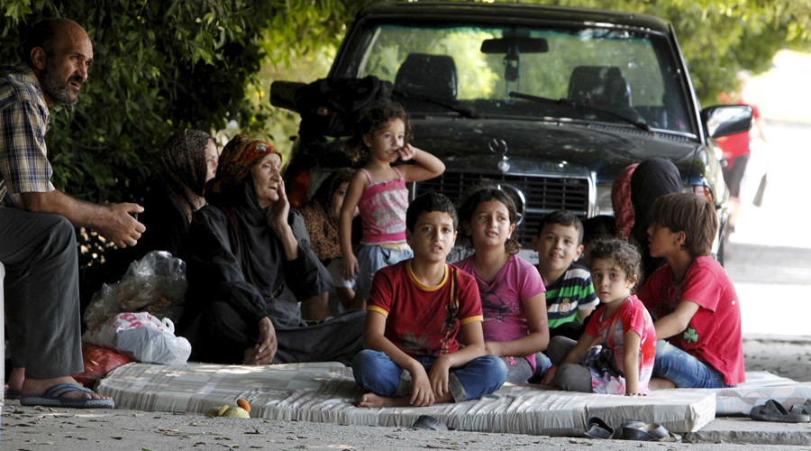 Palestinian residents of Ain al-Hilweh refugee camp wait outside the camp, during clashes between Palestinian Fatah gunmen and militants of Islamist group Jund al-Sham in the area, near the port-city of Sidon, southern Lebanon August 23, 2015. © Ali Hashisho