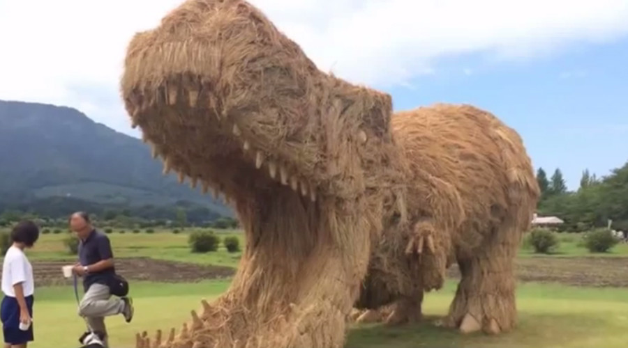 Jurassic Prefecture: Giant straw dinosaurs invade Japan (PHOTOS)