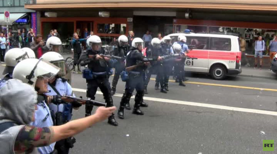 Swiss police fire rubber bullets during pro-refugee protest in Zurich (VIDEO)