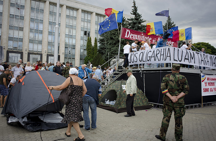 """Protesters gesture during an anti-government rally, organised by the civic platform """"Dignity and Truth"""" (DA), in central Chisinau, Moldova, September 6, 2015. © Ruslan Shalapuda"""
