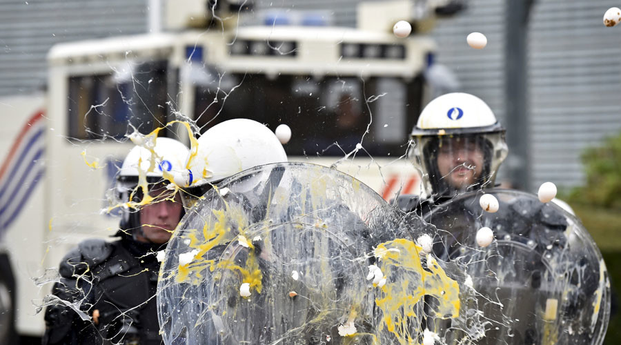 Hanging cows & flying eggs: How EU farmers protest lowering milk, meat prices in Brussels (VIDEO)