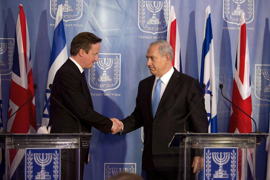 British Prime Minister David Cameron (L) shakes hands with his Israeli counterpart Benjamin Netanyahu. © Menahem Kahana