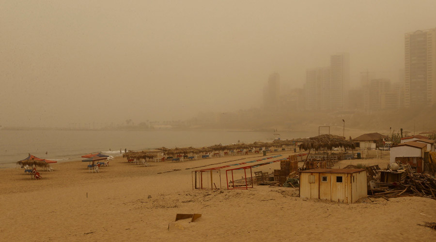 A general view shows the public beach on Ramlet al Bayda seaside during a sandstorm in Beirut, Lebanon September 8, 2015. © Mohamed Azakir