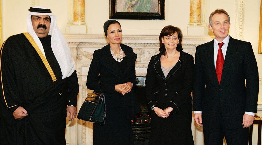 Former UK Prime Minister Tony Blair (R) and his wife Cherie (2nd R) meet the former Emir of Qatar, Sheikh Hamed bin Khalifa al-Thani (L) and his wife Sheikha Mozah Bint Nasser (2nd L) inside 10 Downing Street in London January 25, 2006. © Alastair Grant