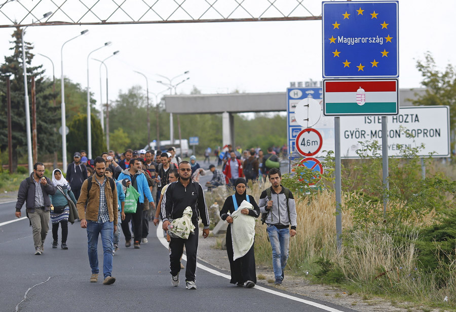 Migrants cross the border on foot from Hungary to Austria in Nickelsdorf, September 10, 2015. © Leonhard Foeger