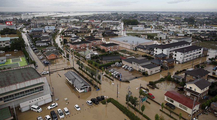 A residential area flooded by the Kinugawa river, caused by typhoon Etau, is seen in Joso, Ibaraki prefecture, Japan, September 11, 2015 © Issei Kato