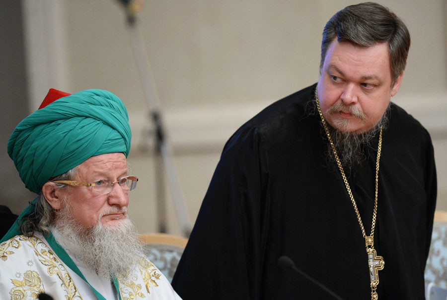 Head of the Central Muslim Spiritual Directorate, Chief Mufti of Russia, Sheikh-ul-Islam Talgat Tadzhuddin, left, and chairman of the Moscow Patriarchate's Synodal Department for the Cooperation of Church and Society Vsevolod Chaplin. © Maksim Blinov