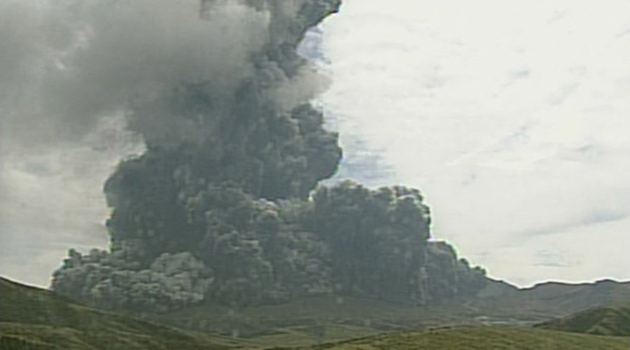 A video grab from the Japan Meteorological Agency's live camera image shows an eruption of Mount Aso in Aso, Kumamoto prefecture, southwestern Japan, September 14, 2015. © Japan Meteorological Agency