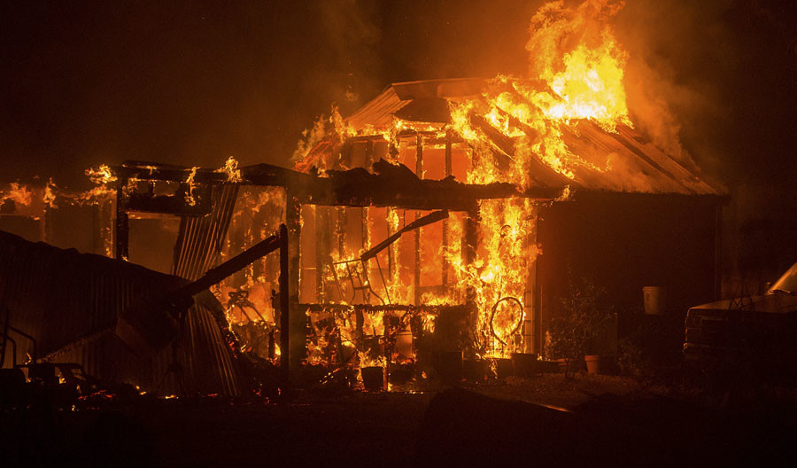 A residence on Siegler Canyon Rd. burns as the Valley Fire rages through Middletown, California September 13, 2015. © Noah Berger