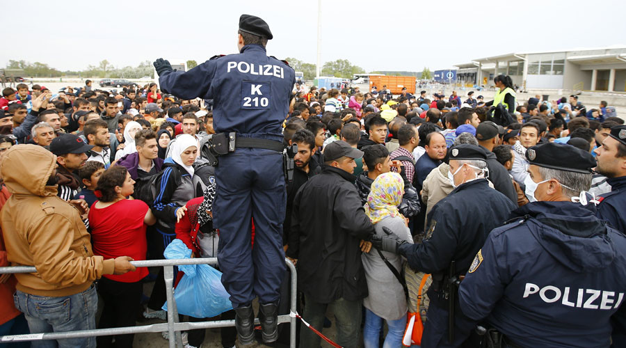 Policemen maintain order after migrants attempted to leave the border crossing in Nickelsdorf, Austria September 14, 2015. © Leonhard Foeger