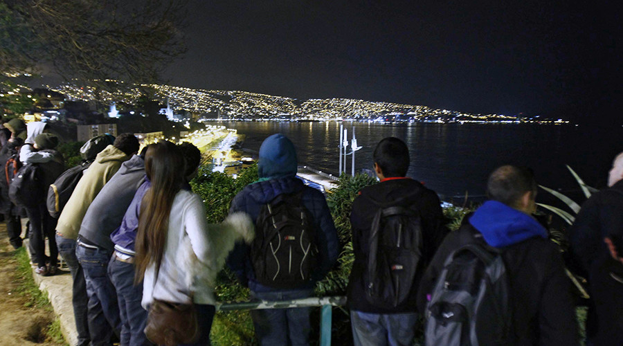 People gather at the Placeres hill viewpoint after a tsunami alert in Valparaiso, Chile on September 16, 2015 © Esteban Zuniga