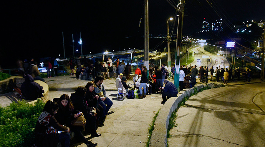 People remain in the street after a tsunami alert in Valparaiso, Chile on September 16, 2015 © Esteban Zuniga