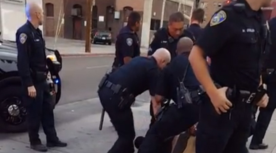 9 cops detain 1 US teen for refusing to use sidewalk (VIDEO)