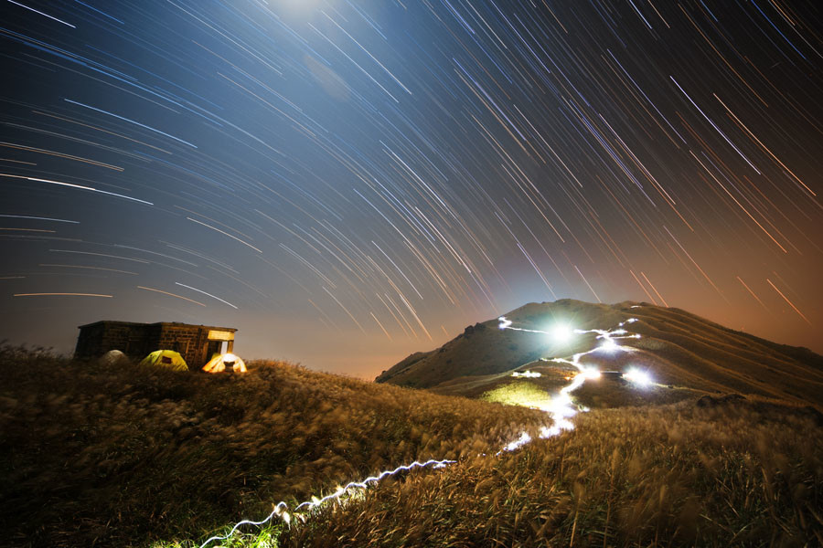 Sunset Peak Star Trail © Chap Him Wong / INSIGHT ASTRONOMY PHOTOGRAPHER OF THE YEAR AT THE ROYAL OBSERVATORY GREENWICH
