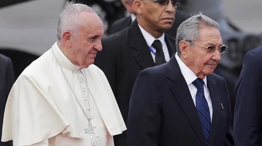 Pope Francis (L) is escorted by Cuba's President Raul Castro during his arrival at the airport in Havana September 19, 2015 © Claudia Daut