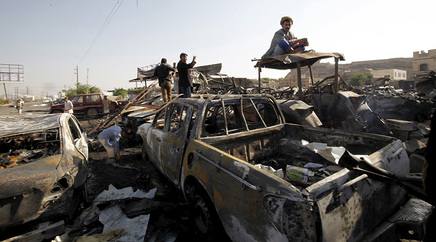 A man sits on cars damaged by a Saudi-led air strike in Sanaa, Yemen, September 19, 2015 © Mohamed al-Sayaghi