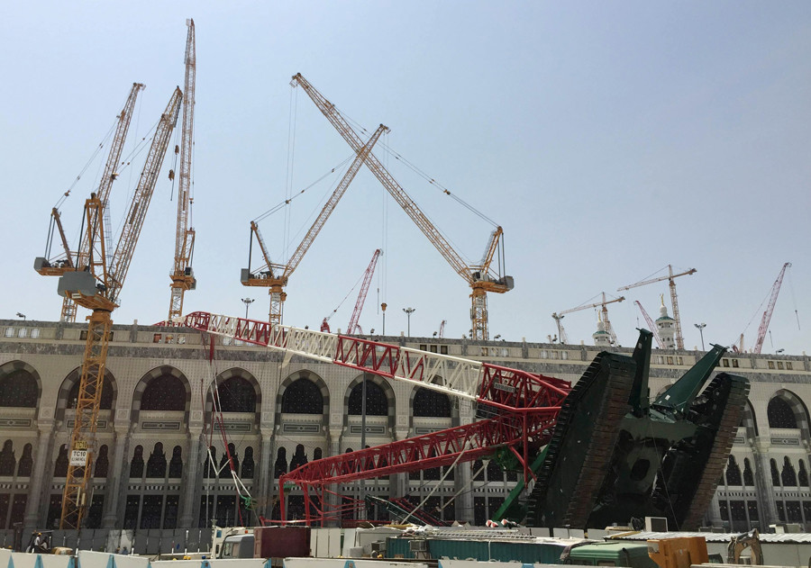 A construction crane which crashed in the Grand Mosque is pictured in the Muslim holy city of Mecca, Saudi Arabia September 12, 2015. © Mohamed Al Hwaity