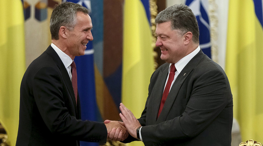 Ukrainian President Petro Poroshenko (R) welcomes NATO Secretary-General Jens Stoltenberg before the meeting of national security and defense council of Ukraine in Kiev September 22, 2015. © Gleb Garanich