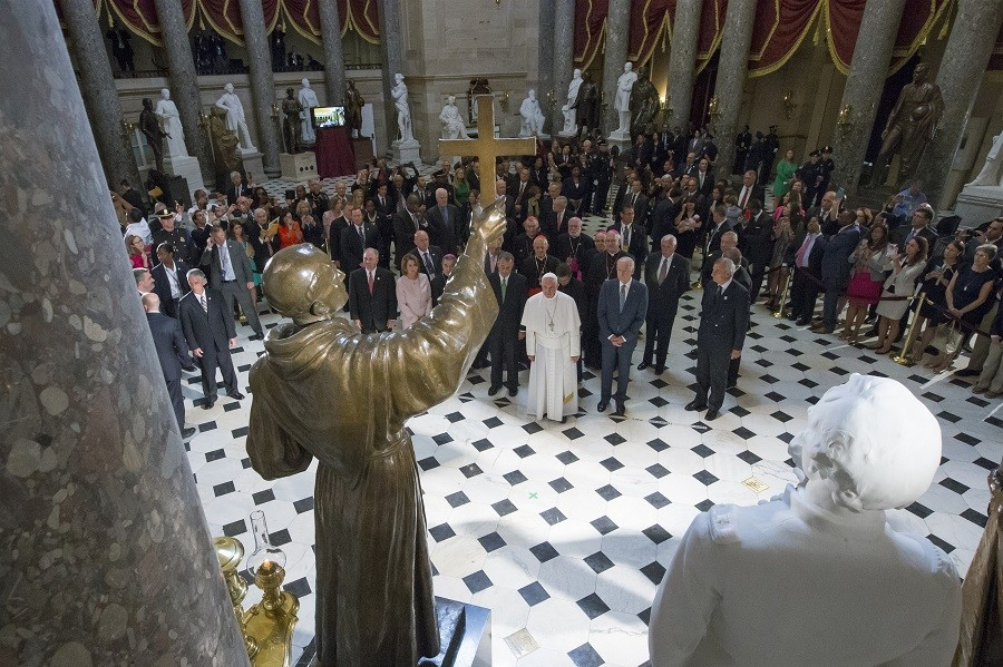 Pope Francis pauses in front of a sculpture of Spanish-born Franciscan Friar Junipero Serra in Statuary Hall at the US Capitol © Michael Reynolds/Pool