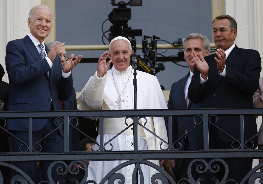 Pope Francis waves to the crowd from the Speaker's Balcony on the West Front of the Capitol as he stands with Vice President Joe Biden (L) and Speaker of the House John Boehner (R) © Carlos Barria