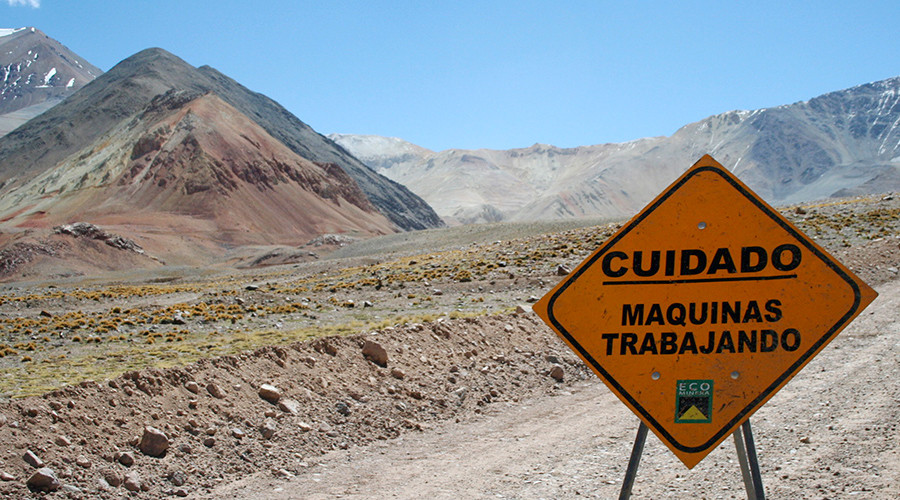 A traffic sign is seen near Barrick Gold Corp.'s Veladero gold mine © Pav Jordan